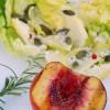 Petite salade de sucrine à la vinaigrette au fromage de chèvre et sa pêche grillée