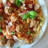 Ragoût de boulettes de bœuf, tomates et basilic