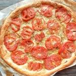 Tarte fine de tomates coeur de boeuf, moutarde et comté