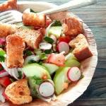 Fattouche, salade libanaise au pain grillé et aux légumes