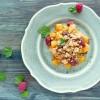 Crumble de mangue, framboise, noix de coco et menthe