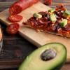 Pizza au chorizo, feta, oignon rouge et avocat