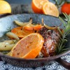 Cuisse de pintade rôtie à l'orange, oignon et romarin