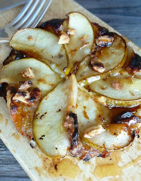 Tarte fine au Saint-Félicien, poires, miel et noix