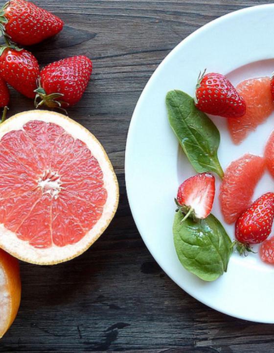Salade de pamplemousse, fraises et pousses d'épinards au sirop de sureau