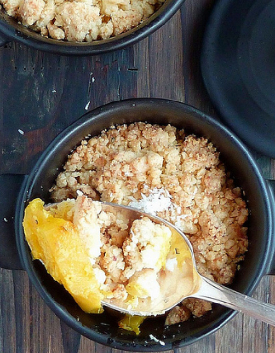 Mini-cocottes de crumble de mangue à l'indienne