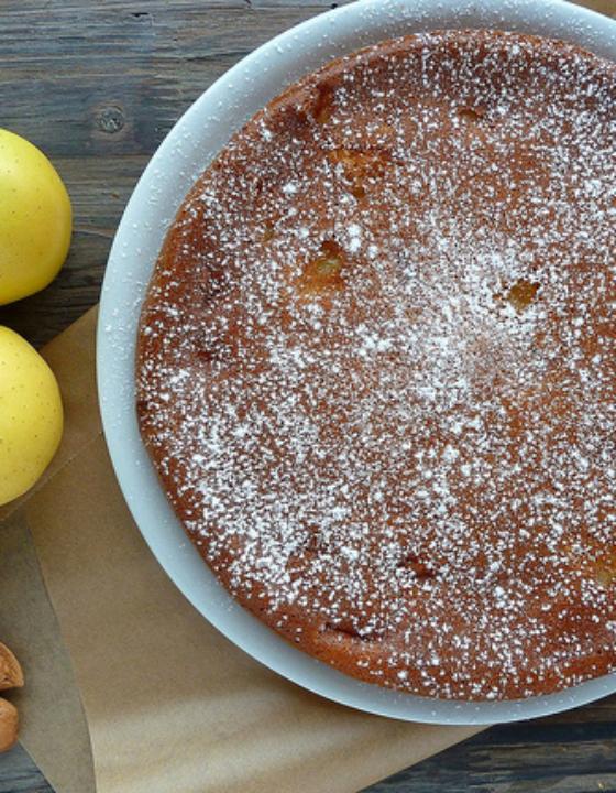 Gâteau moelleux aux pommes, amandes et yaourt de brebis