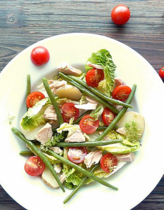 Salade composée de légumes d'été