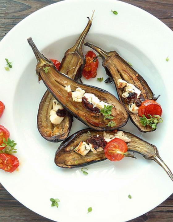 Petites aubergines grillées au four, feta, tomates confites et basilic