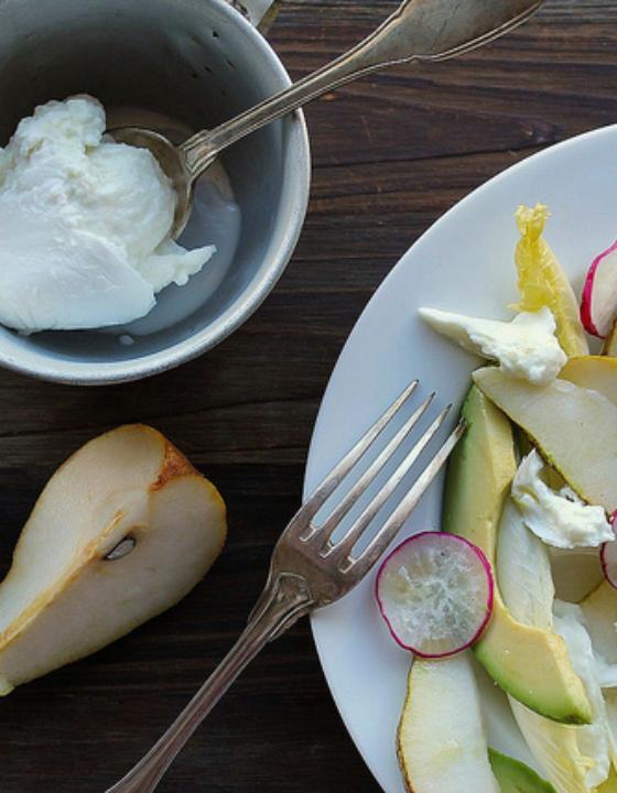 Salade d'hiver d'endives, avocat, poire, radis et mozzarella