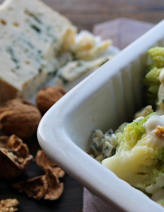 Gratin de chou romanesco au bleu, noix et crème végétale
