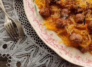 Courge spaghetti et boulettes de saucisse à l