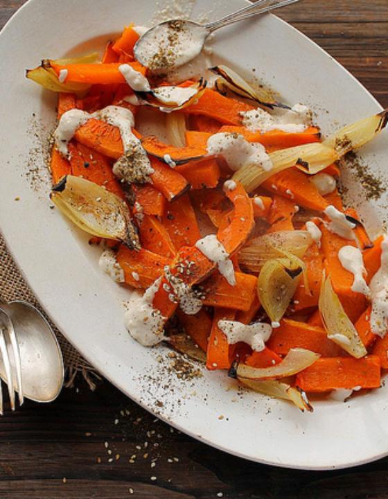 Courge butternut et oignons rôtis au zaatar et sauce tahiné
