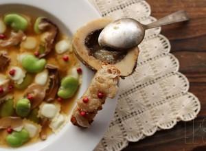 Bouillon de ravioles aux cèpes, fèves et os à moelle