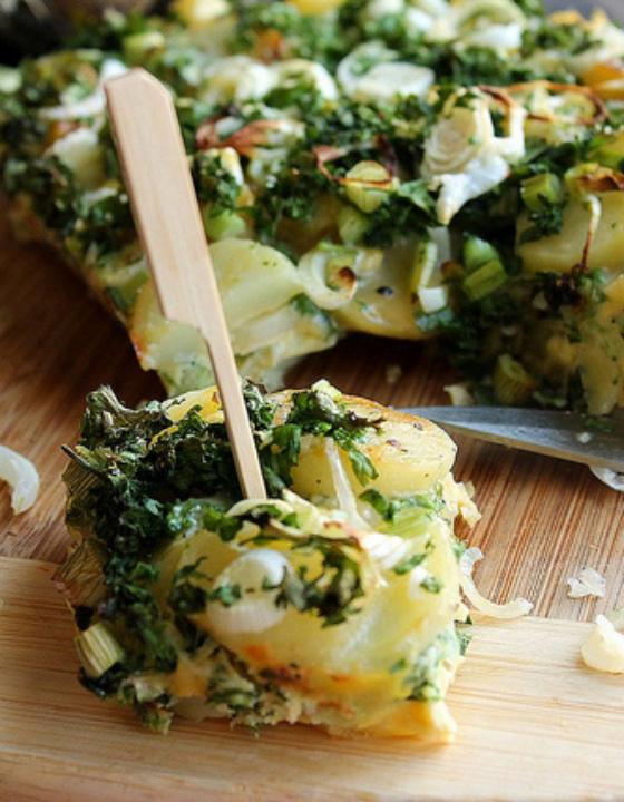 Tortilla de pommes de terre aux oignons frais et au persil