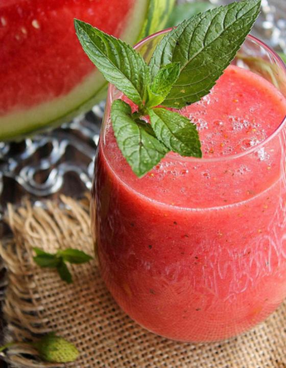 Smoothie fraise, pastèque et menthe poivrée, «le rafraichissant»