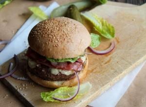 Burger au bacon, cheddar, oignons