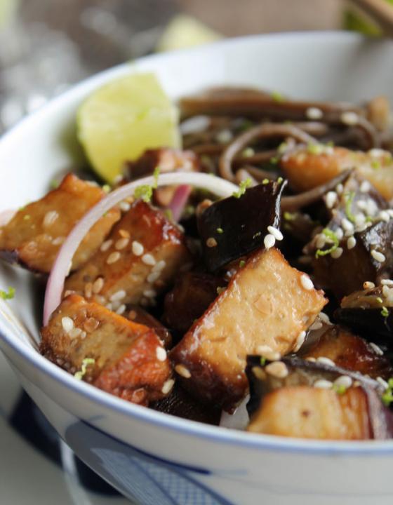 Nouilles soba sautées aux aubergines {vegan}