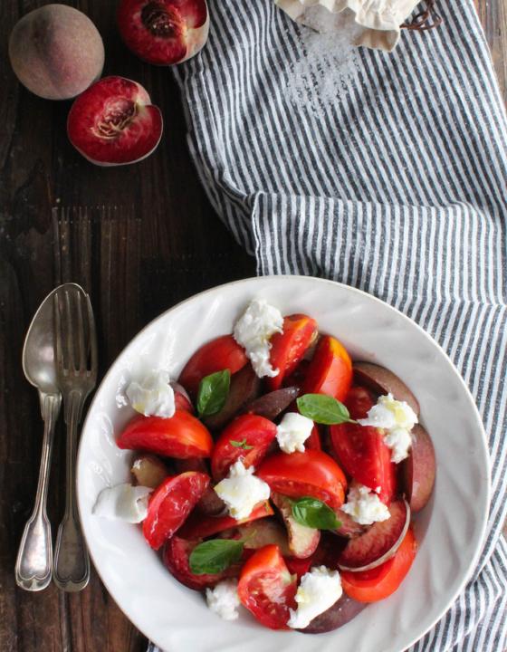 Salade de tomates, pêches de vigne et mozzarella