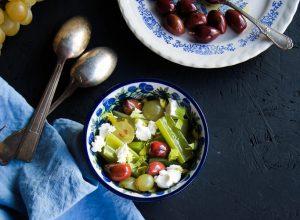 Salade de céleri branche, labné, olives et raisin
