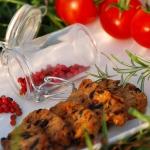 Croquets olives noires, baies roses et tomates séchées