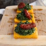 Carrés de polenta grillée, épinards et tomate séchée