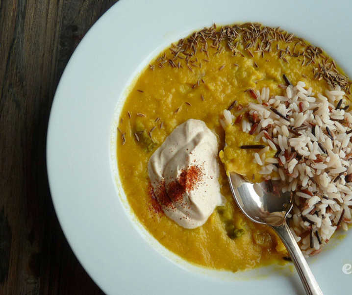 Soupe de lentilles corail au citron, crème épicée et riz
