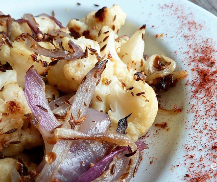 Chou-fleur et oignons grillés à l'indienne