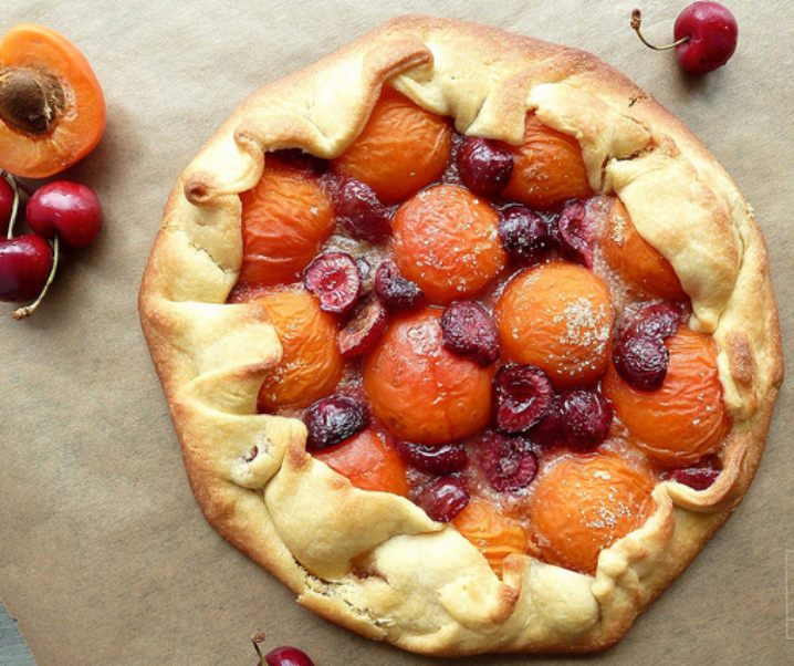 Tarte rustique abricots et cerises