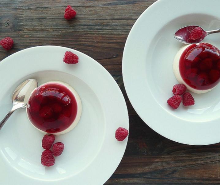 Panna cotta à la vanille et gelée de rose aux framboises
