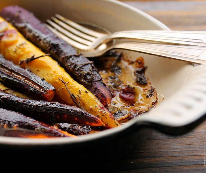 Geroosterde wortelen met tijm en knoflook