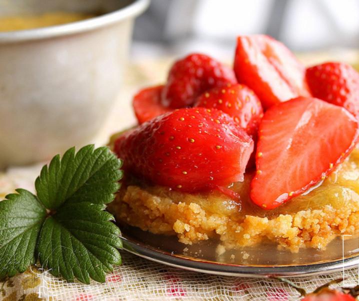 Tartelette aux fraises et compotée de rhubarbe