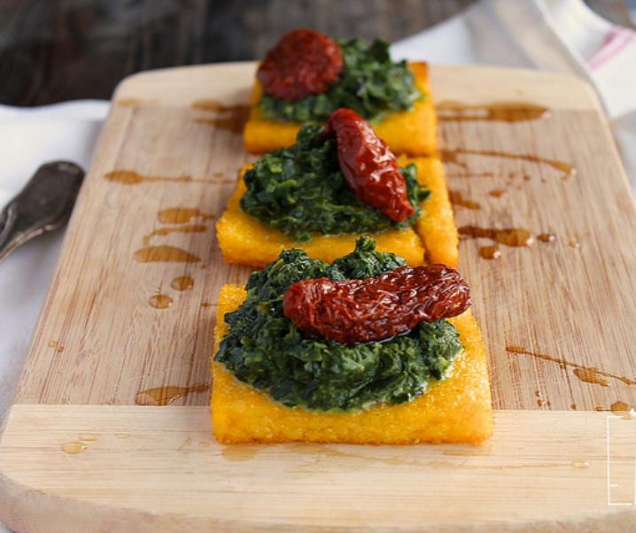 Gegrilde polenta pleinen, spinazie en zongedroogde tomaten