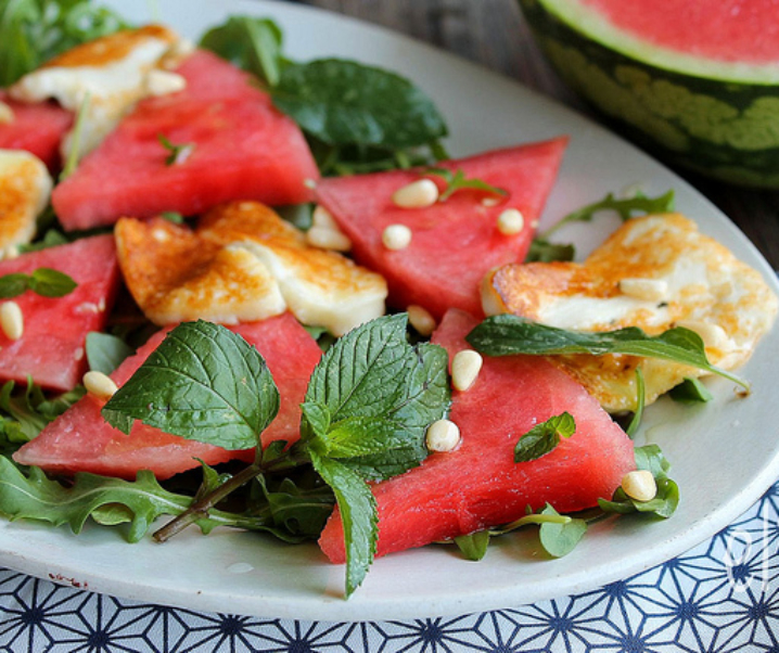 Salade de pastèque aux herbes et halloumi grillé