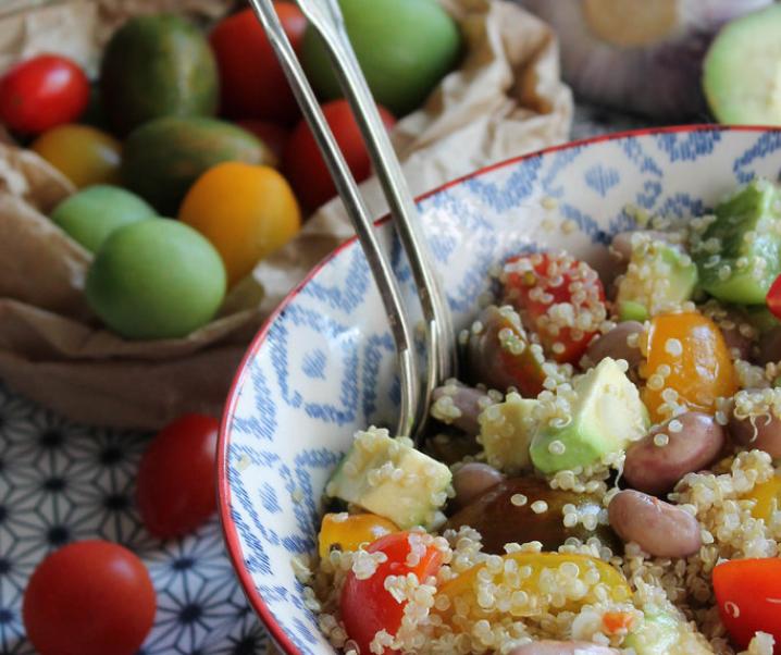 Quinoa met tomaten salade, advocaat en bonen