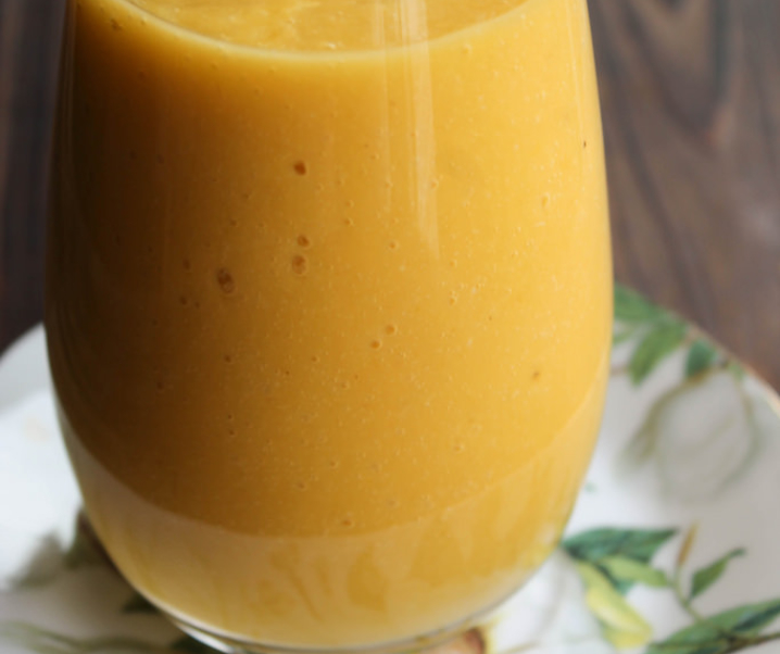 Smoothie mangue, orange, lait de coco et banane, « le Dominicana »