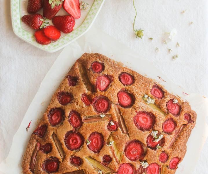 Gâteau aux fraises et à la rhubarbe {sans lait}