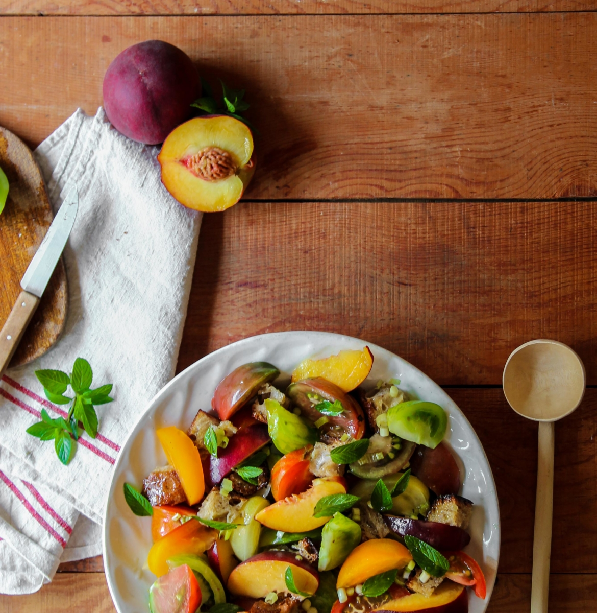 Panzanella aux tomates, pêches et menthe {vegan}